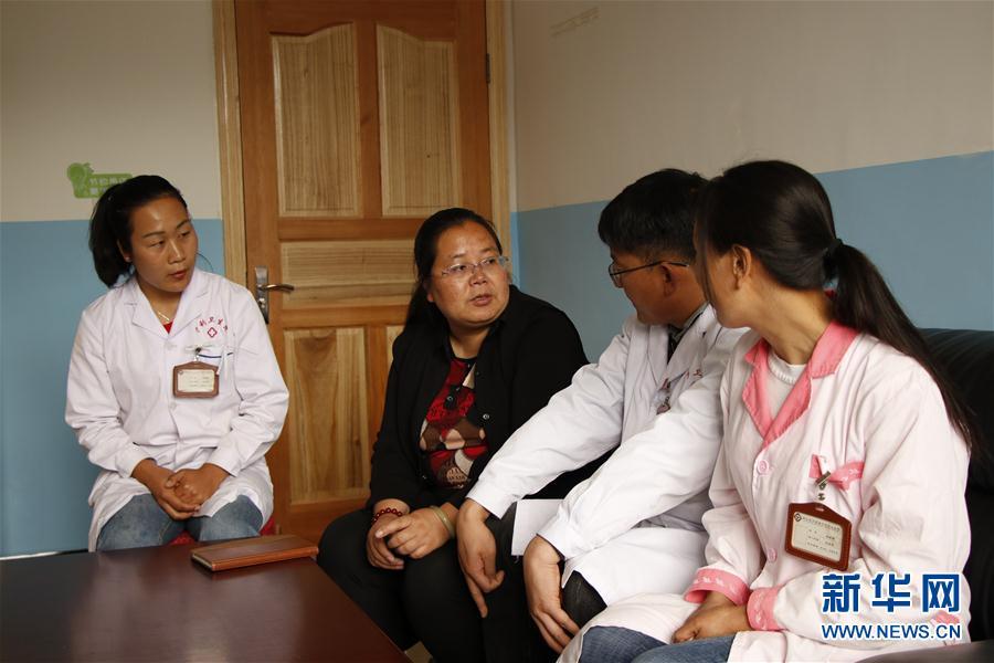 5月3日,在云南省丽江市宁蒗彝族自治县宁利乡,全国人大代表胡阿罗(左二)在乡卫生院了解基层医疗卫生机构服务能力建设相关情况。新华社记者 吴寒 摄