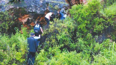 警方前往藏匿男童的山洞。图据央视新闻
