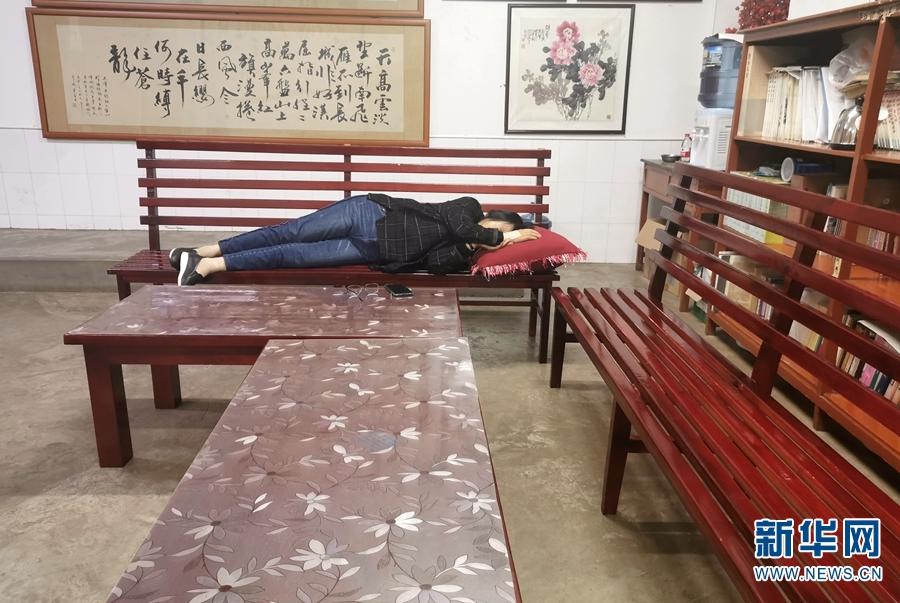 实在撑不住的时候,张桂梅就在办公室的椅子上眯一会儿(2019年10月15日摄)。新华网 赵普凡 摄