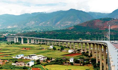 位于中缅边境的云南保龙(保山至龙陵)高速公路的怒江特大公路桥蔺以光摄