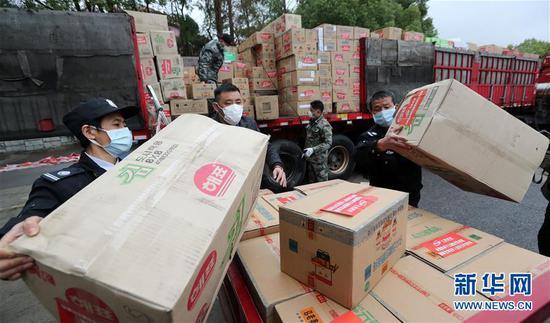 一批云南捐赠的食品和医疗用品等物资运抵咸宁市(2月28日摄)。新华社发(杨峥 摄)