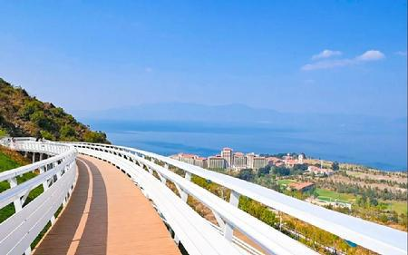 绝美!澄江太阳山网红栈道上俯瞰抚仙湖之美!