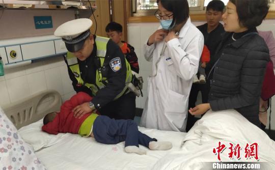 图为孩子被送到医院接受治疗。曲靖交警提供