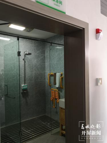 拉市海服务区的淋浴间