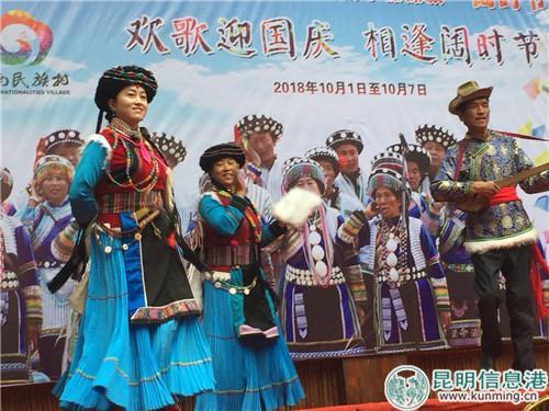 十一期间,游客可以前往民族村体验少数民族的淳朴热情。实习记者张乐凡/摄