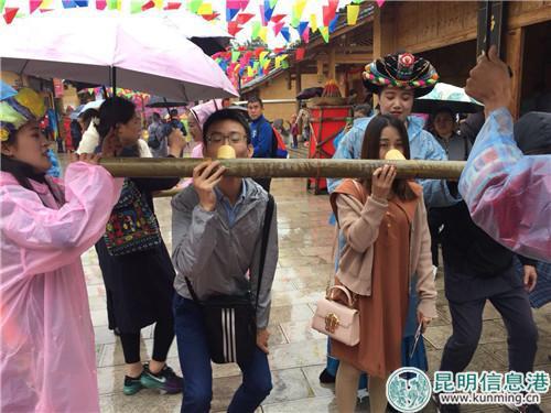 尽管下雨,也难挡游客的参与热情。实习记者张乐凡/摄