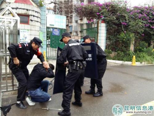 """""""歹徒""""被赶到现场的民警制服"""