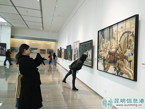 美术爱好者观看展出作品。记者孙红亮/摄