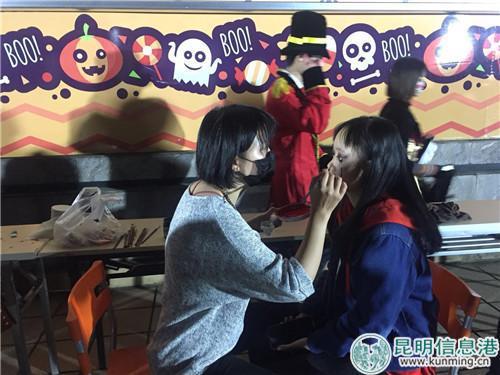 彩绘哈喽喂妆容受到游客追捧。实习记者张乐凡/摄