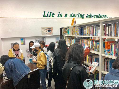 同学们踊跃借书。记者苏雯芊/摄