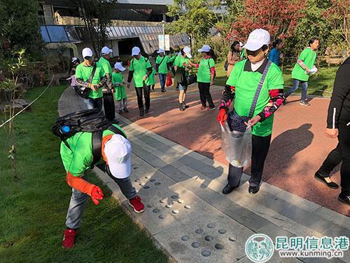 孩子在绿化带寻找垃圾
