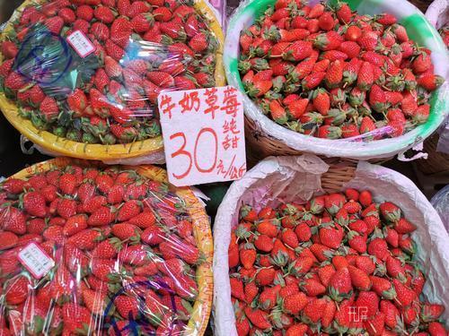 新鲜枇杷、草莓上市啦!昆明市民:价格有点小贵