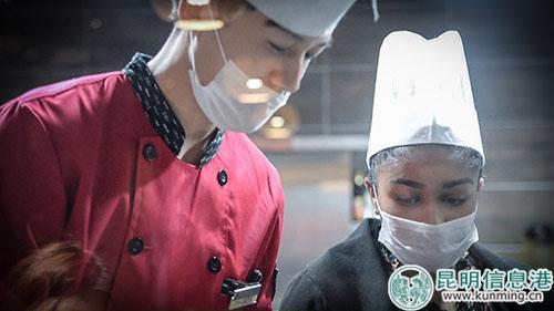厨师教玛丽做傣味木耳。记者刘雄斌/摄
