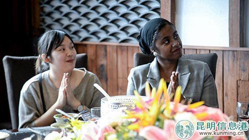 席间泰国的英英(左)和法国的贝贝为他人的分享鼓掌。记者刘雄斌/摄