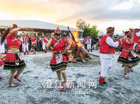 游客围着篝火载歌载舞