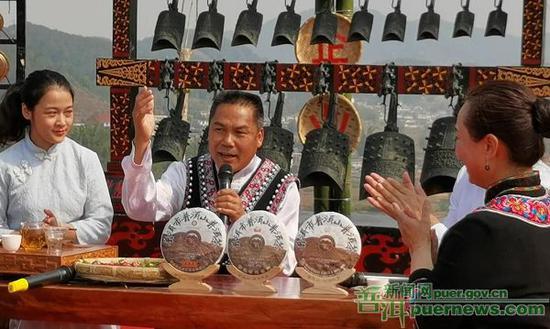 """宁洱县委常委、县委宣传部部长傅礌化身""""哈尼歌 王""""献唱敬茶歌"""