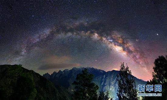 银河横跨雪山之巅。新华网发(崔永江/摄)