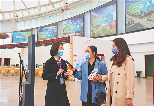 云南自贸试验区昆明片区综合服务中心工作人员正在向记者介绍新型综合服务的便利。