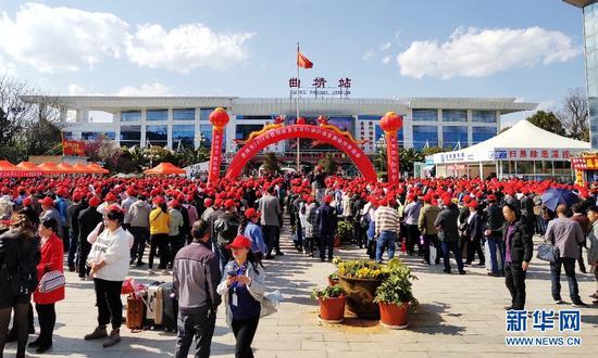 2月12日,云南省曲靖市1300多名团体务工人员在当地政府和铁路部门的帮助下,分批乘坐火车前往广东、上海等地务工。(新华网发)