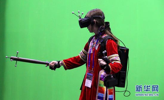 一位女士正在体验VR游戏。(新华网 念新洪 摄)