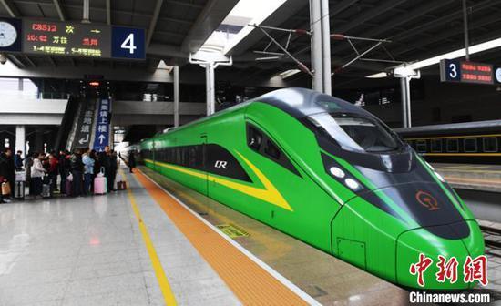 """资料图:兰州西站停靠的""""绿巨人""""动车组列车。(资料图) 杨艳敏 摄"""