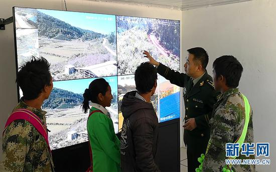 图为孟连边防大队官兵引导护边员认识立体化边境防控体系的概念。(供图)