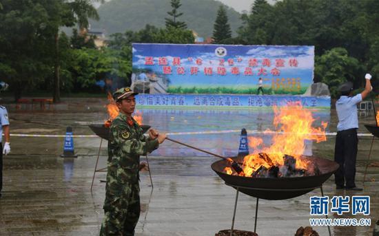 图为孟连边防大队官兵正在销毁毒品。(供图)