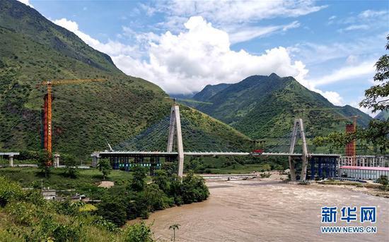 这是8月28日拍摄的在建的云南保泸高速勐古怒江特大桥。