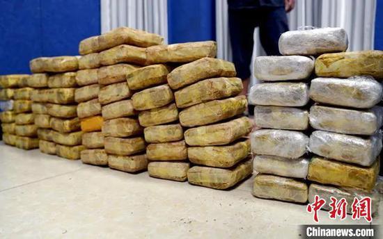 图为警方缴获的37.85公斤毒品冰毒片剂可疑物,堆成半堵墙。云南省公安厅供图