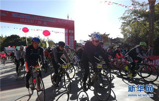 参赛选手在丽江古城始发。和红艳 摄