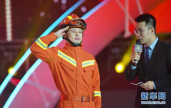 """1月16日,四度""""抱火""""消防员张晓明在颁奖典礼上。新华社记者 才扬 摄"""
