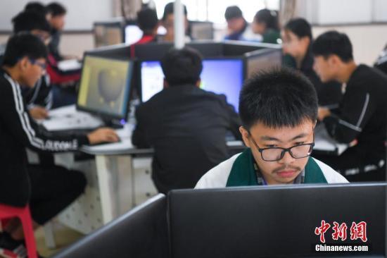 资料图:中等职业学校学生操作计算机。武俊杰 摄