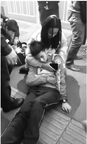 杨昆娥救治昏倒男孩的温暖瞬间 视频截图
