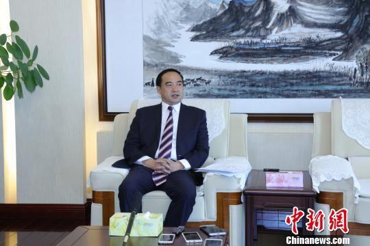 图为云南省台办主任张朝德接受媒体采访。 钟欣 摄