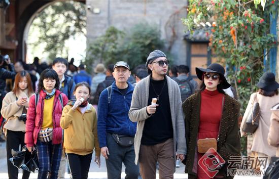 慕名前来度假的游人在双廊艺术小镇享受充满阳光的快乐时光。记者 杨峥 摄
