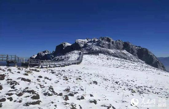 蓝天下的石卡雪山。迪庆州旅发委供图