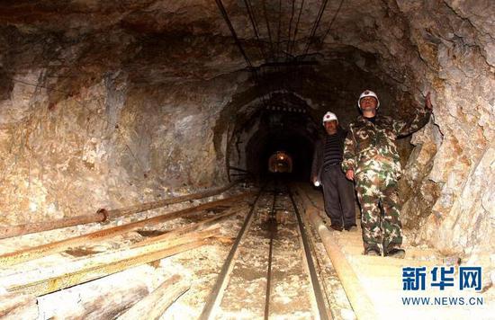 汛期来临前夕 王涛和同事进入矿洞检查