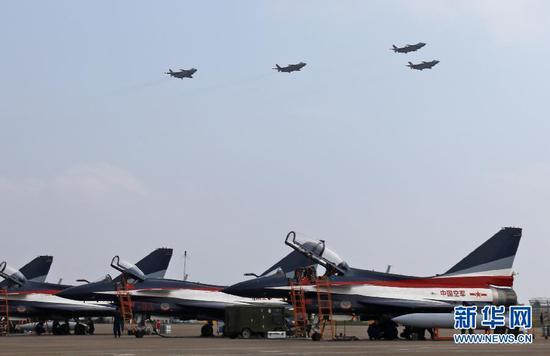 11月11日,4架全新涂装的歼-20战机,在第十二届中国航展上以四机编队进行了约8分钟的飞行展示,将本届航展推向高潮,震撼献礼人民空军成立69周年纪念日,彰显人民空军的开放和自信。 新华社发(刘应华 摄)
