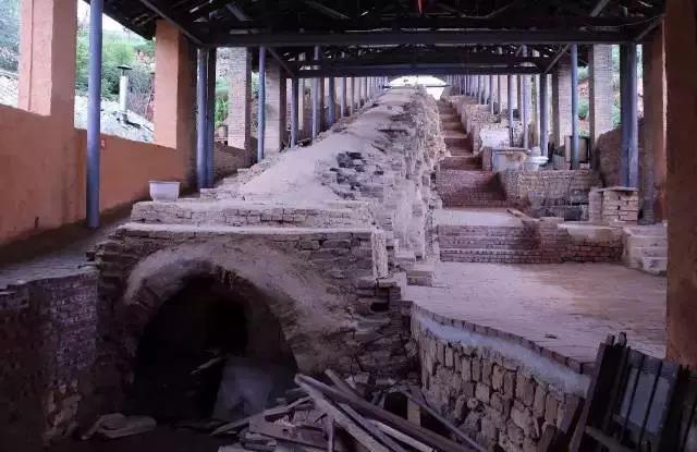 龙窑的烧造分装窑、烧窑、出窑三道程序