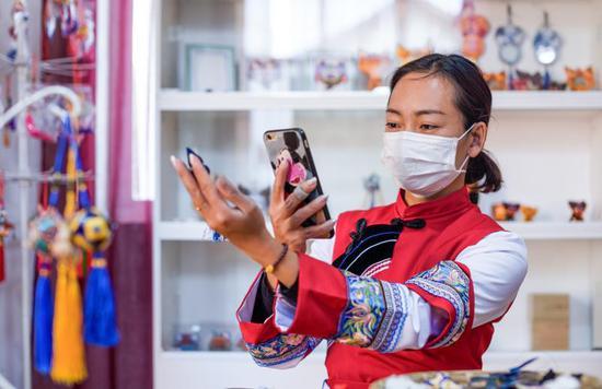 张四代在网上开展布扎培训(苏金泉 摄)