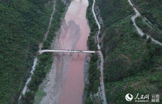 象群经过元江桥。云南省森林消防总队供图