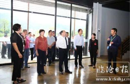 省委副书记李秀领在临翔区电子商务中心听取电子商务扶贫情况介绍