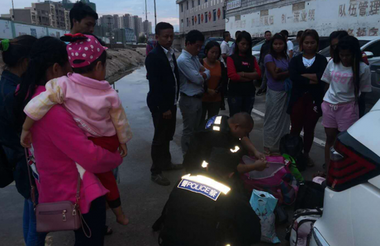 办案民警连夜核查缅籍人员信息身份