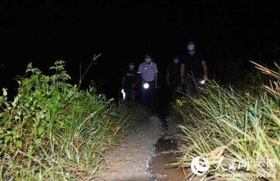 夜晚,巡边队伍在边境沿边道路上巡查。(张帅摄)