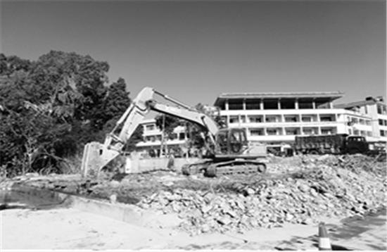 抚仙湖畔望海旅游服务公司的楼房拆除现场