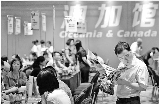 近几年,选择到国外读本科的高中生越来越多。资料图片 记者 吴元峰 摄