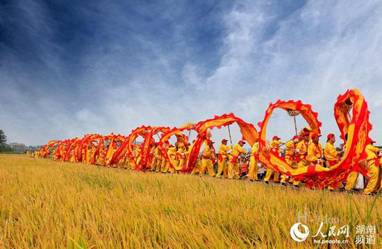湖南:祥龙庆丰年。黄ー骏摄