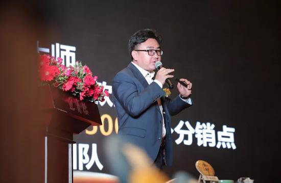 许耀南总裁上台演讲