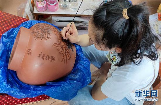 工人正在制作紫陶作品。(9月9日摄)。新华网 韩文萍 摄