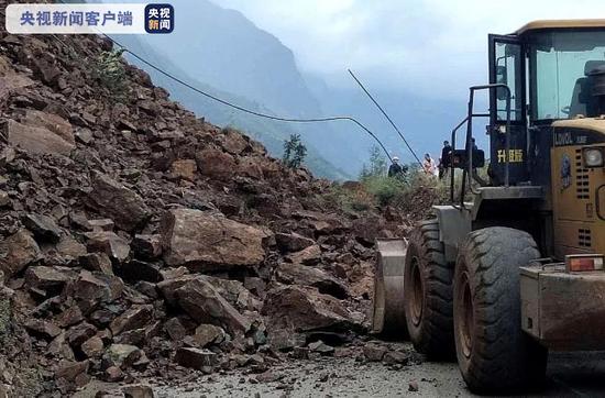 云南永善境内突发山体垮塌 国道213线被阻断